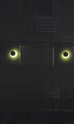 このアパートの照明が いつもブラックサンとかシャドームーンとか思い出す