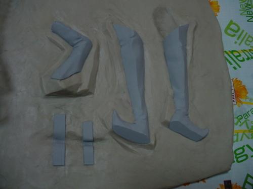 足と左腕、標識の留め具の粘土埋め